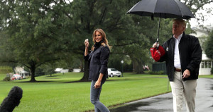 Melenia ıslandı, Trump centilmenlikte yine sınıfta kaldı!