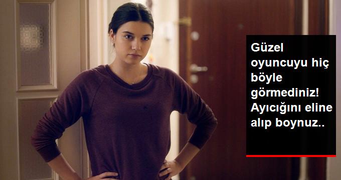 Afra Saraçoğlu, Yeni Filminin Kostümlü Parti Sahnesinde Masum Şeytan Kılığına Girdi