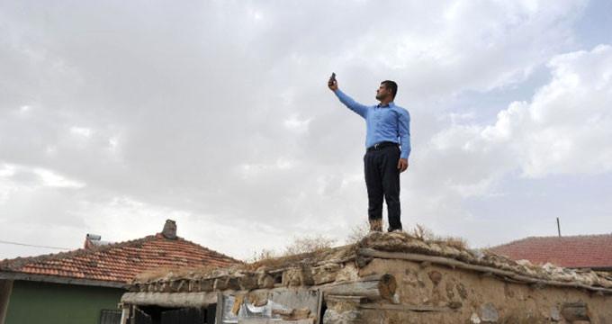 """Görüntü Ankara'dan! """"Eziklik yaşıyorum"""" diyen muhtar, çatıdan inmiyor"""