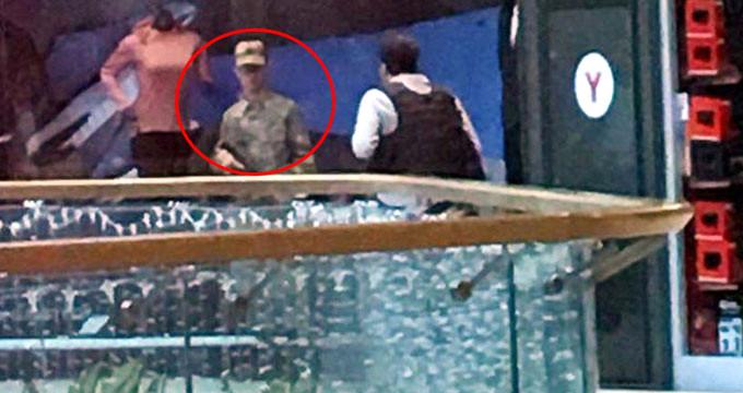 Silahıyla firar eden asker, AVM çalışanlarını rehin aldı!