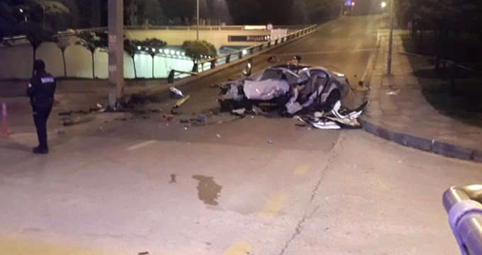 Ankara'da feci kaza! Paramparça olan araçta can verdiler