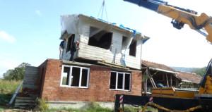Derme çatma kulübeyi evinin üstüne monte etti, nedeni çok duygusal