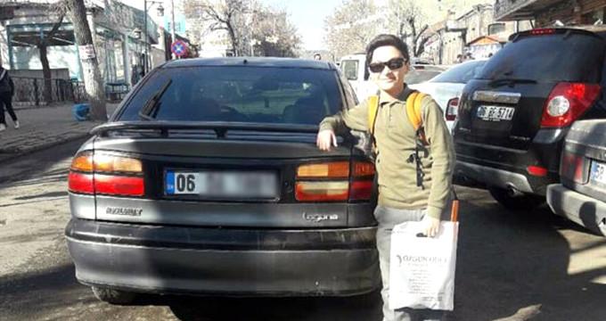Otomobilin plakasını gören durdurup fotoğraf çektiriyor