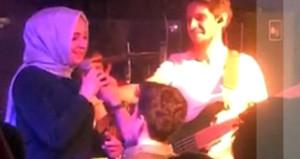 Genç kız, gece kulübünde hayatının teklifini aldı