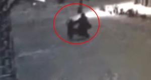 10 yaşındaki kızın, 43 yaşındaki sapığı dövdüğü anlar kamerada!