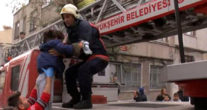 Alev, duman demeden içeri daldılar, 2 çocuğu yanmaktan kurtardılar