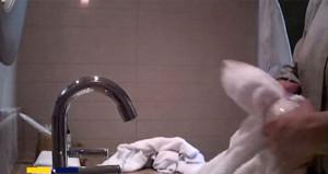 Lüks otel çalışanı, yerleri sildiği bezle bardakları temizledi