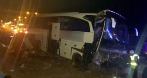 Yolcu otobüsü, tünel çıkışındaki refüje çarptı: Çok sayıda yaralı var