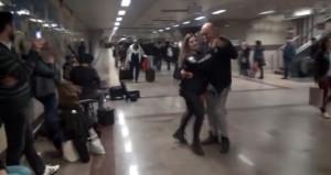 Gören telefona sarıldı! Taksim metrosunda çılgınca dans ettiler