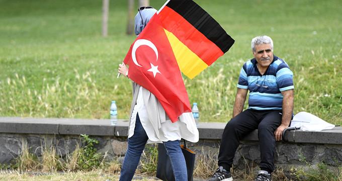 Yeni Merkel'den gurbetçi Türklere ilk tehdit!