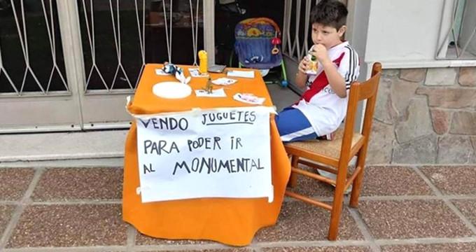 6 Yaşındaki Çocuk, Libertadores Finali İçin Oyuncaklarını Satışa Çıkardı!