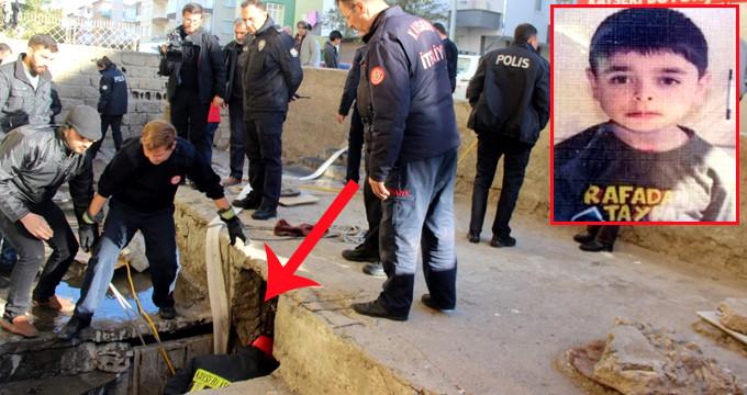 Küçük çocuk, kanalizasyona düşen topun peşinden ölüme gitti!