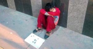 Yürekleri burkan görüntü! Yaşıtları okuldayken, o sokakta uyuya kaldı