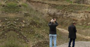 Yoldan geçenler, kayanın şeklini görünce telefona sarılıyor