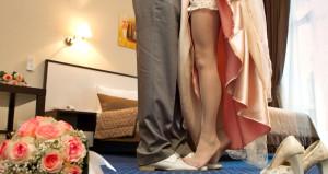 Yok böyle gelenek! Evlenen kızlar annesinin önünde gerdeğe giriyor!