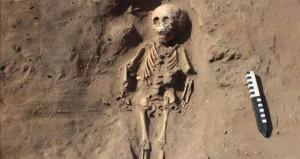 2 bin yıllık mezarda şoke eden detay! Ayaklarını kesip gömmüşler