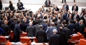 Meclis'te tansiyon yükseldi! Yumruklaşmaya ramak kaldı