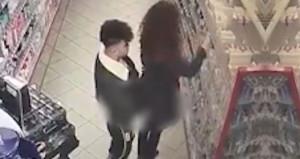 Markette genç kızın arkasına yanaşan sapıktan iğrenç taciz!