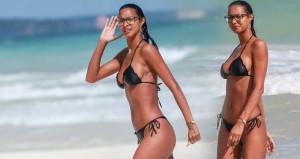 Güzel model ufacık bikinisi ve sekreter gözlükleriyle plajı salladı