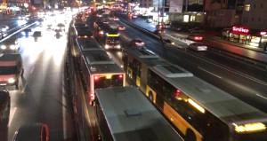 Metrobüs arıza yaptı, ulaşım kilitlendi!