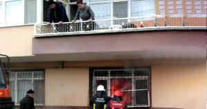 Alt kattaki ev cayır cayır yandı, üst kattakiler balkonlarından izledi!