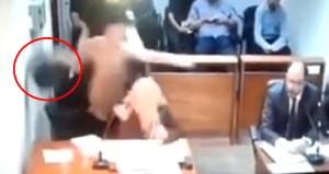 Yargılandığı sırada, çöp kovasıyla savcıya saldırdı! O anlar kamerada