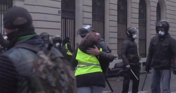 Protestolara damga vuran görüntü! Polis, sarı yelekliye sarılıp öptü