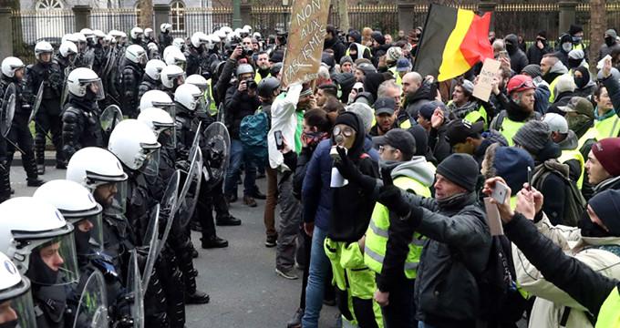 Avrupa'nın kalbinde deprem! Halk ayaklandı, Başbakan istifa etti