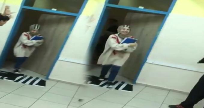 Bir öğretmen, Türk bayraklı Beşiktaş formasını ayaklar altına aldı