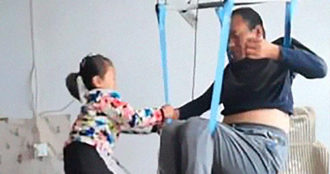 Felçli babasına bakan 6 yaşındaki kız yürekleri sızlattı!