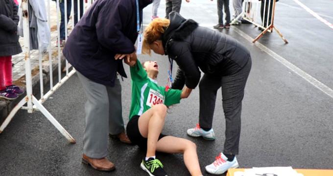 Kayseri'de bayıltan koşu! Yarışı bitiren yere yığıldı