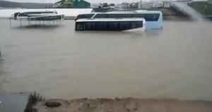 Görüntü İstanbuldan! Onlarca araç sulara gömüldü