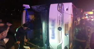 Kaygan yolda kontrolden çıkan otobüs kaza yaptı! Çok sayıda yaralı var