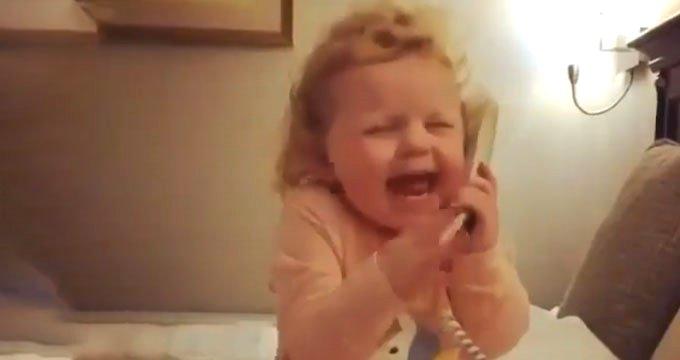 Telefonla konuşan küçük çocuk, sevimliliğiyle gönüllerde taht kurdu