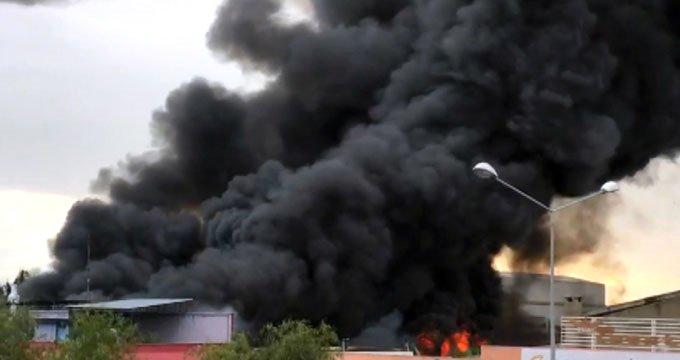 Dev fabrika alev alev yandı! Dumanlar gökyüzünü kapladı