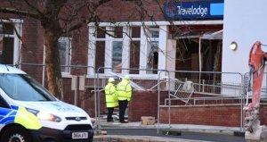 Ücreti ödenmeyen işçi, otele kepçeyle dalarak ortalığı tahrip etti