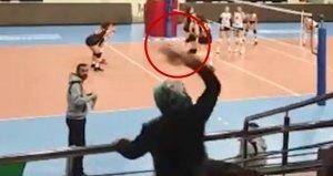 Voleybol maçında rakip takım antrenörüne anne terliği