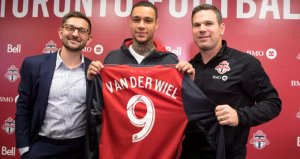 Eski Fenerbahçeli van der Wiel, Torontoda da tutunamadı