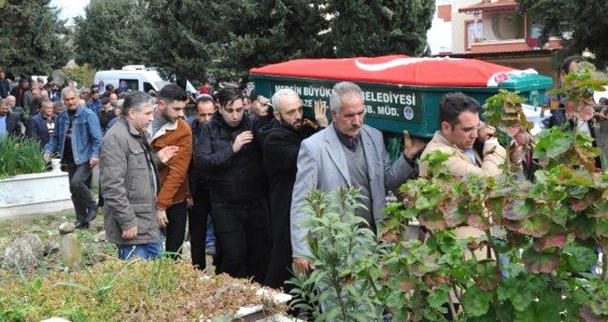 Ünlü şarkıcının babası son yolculuğuna Türk bayrağıyla uğurlandı!