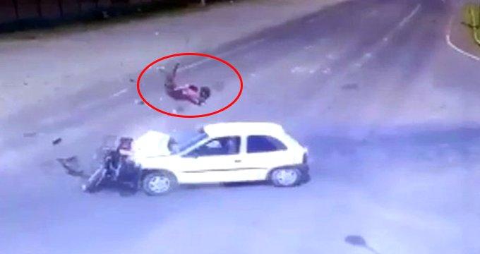 Korkunç kaza kamerada! Havada defalarca kez takla atıp yere çakıldı