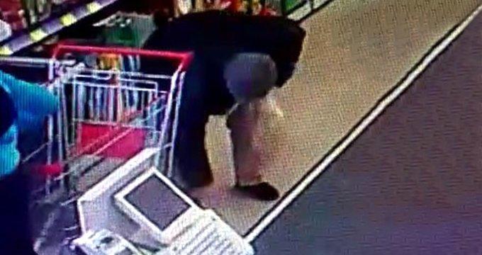 """Kamerayı unutan yaşlı adam, yaptığı hareketle """"İnsanlık ölmüş"""" dedirtti"""