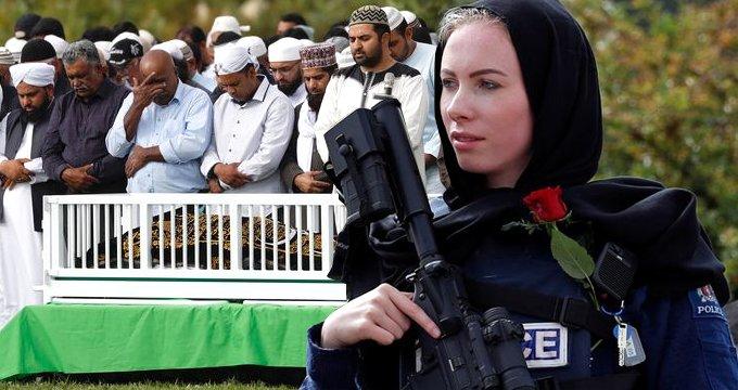 Kadın polisin hareketi, cenaze törenine damga vurdu