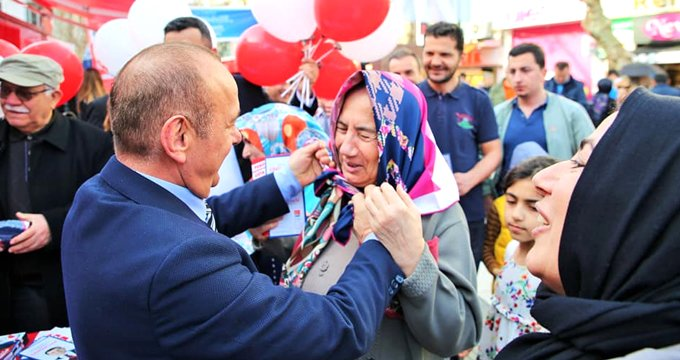 CHP'li başkan adayı, başörtüsü dağıttı