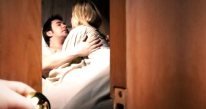 Otel odasına gizli kamera koyup ilişki görüntülerini canlı yayınladılar