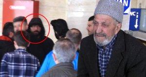 Cami önünde yaşlı adama yaptığı terbiyesizliğin cezasını cemaat verdi