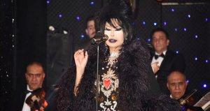 Diva, şarkısını yarıda kesip bir kadına mikrofonla vurdu