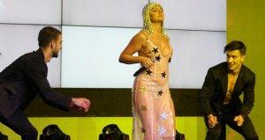 Yıldız şarkıcı, transparan kıyafetiyle Altın Palmiyeye damga vurdu!