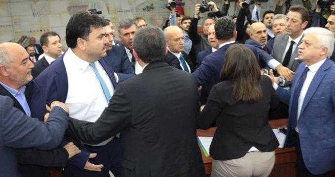 Büyükşehir belediye meclisinde olay! Birbirlerine girdiler