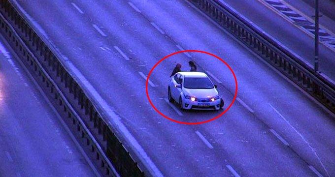 E-5'te trafiğin ortasında araçlarından inen kadınlar dehşeti yaşadı