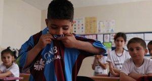 Trabzonsporun yıldızı Yusuf Yazıcıdan anlamlı hediye!